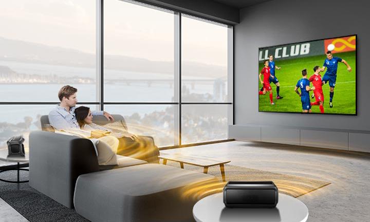 Tivi LG WebOS 4K NanoCell 65inch 65NANO81TNA Dòng sản phẩm Smart Tivi LG 65NANO81TNA sở hữu thiết kế tinh tế, sang trọng tạo điểm nhấn cho không gian ngôi nhà. Cùng với đó là đa dạng các công nghệ hình ảnh, âm thanh và các chức năng tiên tiến hiện đại được tích hợp trong chiếc Smart Tivi LG này. Sự kết hợp hoàn hảo giữa thiết kế cùng đa dạng các công nghệ, tạo nên tổng thể thiết kế hoàn mỹ, thu hút mọi ánh nhìn. Tivi LG WebOS 4K NanoCell 65inch 65NANO81TNA Smart Tivi LG đạt chuẩn chất lượng hình ảnh 4K Tivi LG 65NANO81TNA được trang bị công nghệ hình ảnh 4K sắc nét. Với độ phân giải 3840x2160pixels, mang đến chất lượng hình ảnh tuyệt đỉnh. Ngoài ra, màn hình của chiếc tivi LG là màn hình NanoCell với các hạt Nano hoạt động như các bộ lọc màu, tạo nên những hình ảnh có màu sắc sống động và chính xác hơn. Tivi LG WebOS 4K NanoCell 65inch 65NANO81TNA Công nghệ hình ảnh HDR10+ mang đến chất lượng hình ảnh tối ưu HDR10+ là dải tương phản động cao được cải tiến từ HDR10. Với sự hỗ trợ độ sáng lên tới 4000nits, làm tăng độ sâu và độ chi tiết hình ảnh mà không làm thay đổi đặc tính vốn có của khung hình ảnh thực. Giúp người dùng được thưởng thức những hình ảnh có màu sắc và chất lượng tốt nhất trong từng khoảnh khắc trên chiếc Smart Tivi LG 65NANO81TNA. Tivi LG WebOS 4K NanoCell 65inch 65NANO81TNA Bộ xử lý hình ảnh Quad Core 4K tiên tiến Tivi LG 65inch 65NANO81TNA được tích hợp bộ xử lý hình ảnh Quad Core 4K tiên tiến. Chip xử lý hình ảnh này với bộ thuận toán LG có tốc độ xử lý hình ảnh nhanh chóng hơn với chip xử lý Dual Core. Người dùng sẽ cảm nhận được chất lượng hình ảnh được cải thiện đáng kể về màu sắc, độ sắc nét cũng như độ tương phản hình ảnh. Công nghệ âm thanh vòm Ultra Surround Ngoài các công nghệ hình ảnh tiên tiến và hiện đại, chiếc Smart Tivi LG 65NANO81TNA còn có sự xuất hiện của công nghê âm thanh Ultra Surround đẳng cấp. Người dùng sẽ được hòa mình, đắm chình trong những thế giới hình ảnh và âm thanh sống động, mạnh mẽ. Với sự hỗ trợ của công nghệ âm than
